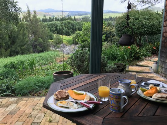 Waimea Gardens Cottage Bed and Breakfast: Breakfast on the lanai.