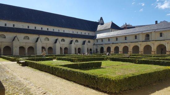 Fontevraud-l'Abbaye, France: chiostra
