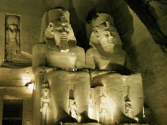 Sound and Light Show - Abu Simbel: Tolle Betonung der Figuren durch Licht und Schatten