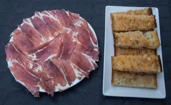 Plato de jam n ib rico con pan de coca de perafita - Platos con jamon iberico ...