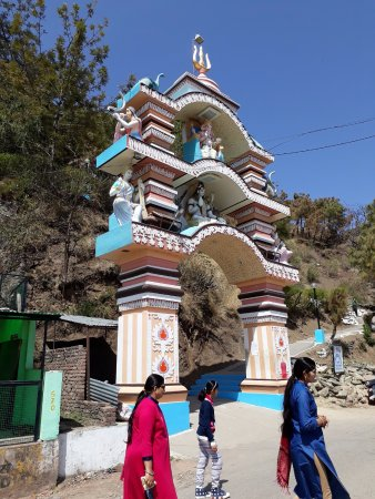 Kasauli, Ấn Độ: Beautiful Entry Gate of Baba Balak Nath Temple