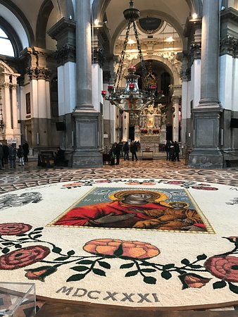 Basilica di Santa Maria della Salute: The beautiful carpet.