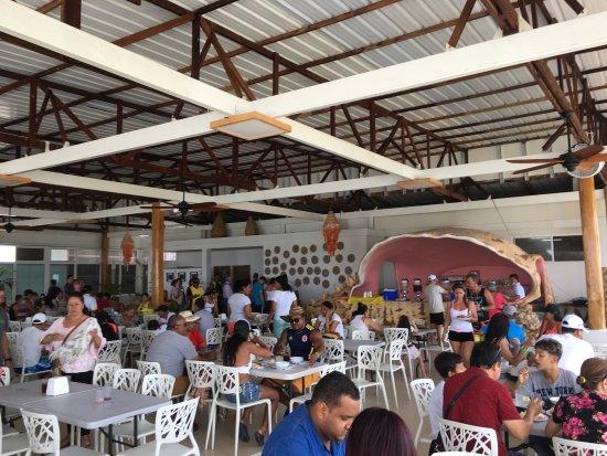 Hotel Portofino: Comedor y zona de bar en la piscina. No sirven cerveza en el bar, poca variedad en la bebida.