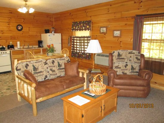 Sunrise Log Cabins: Vacation Cabin Briarwood Living Room and Kitchen