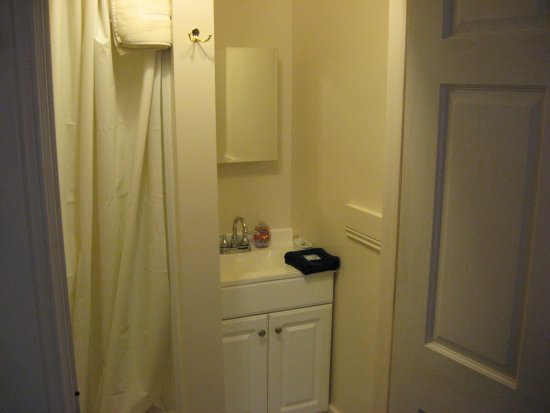 Steubenville, OH: Garrett House Room 4, King Bed, private bath, tub with shower.