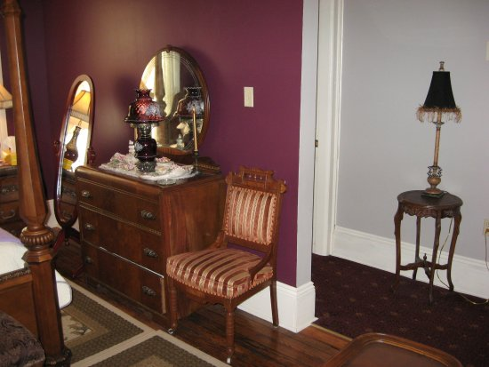 Steubenville, Ohio: Garrett House Room 1 Suite with King Bed, Jacuzzi and Fireplace.