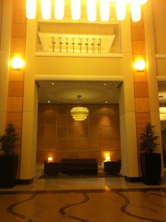 Sheraton Tirana Hotel: Le grand hall d'entrée!