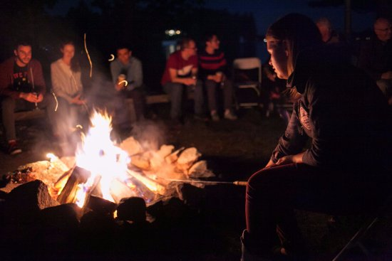 Port Carling, Canadá: Campfire at the point!  Lots of marshmallows on hand.