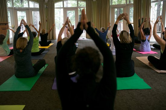 Port Carling, แคนาดา: Yoga weather plan.