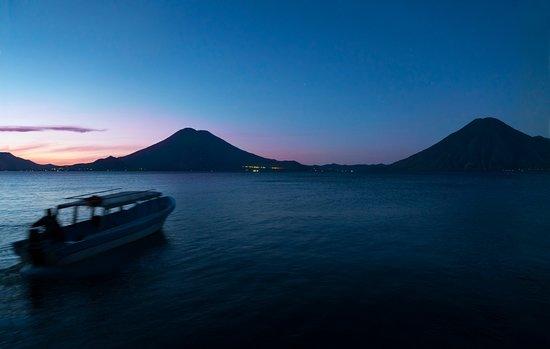La Iguana Perdida Hotel: Sunset at the lake
