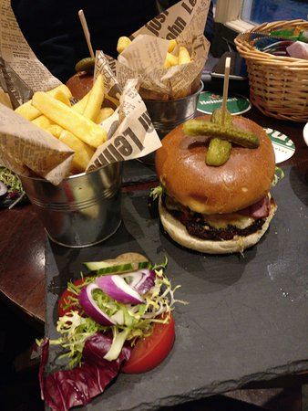 Crown and Anchor: Cheese and bacon burger