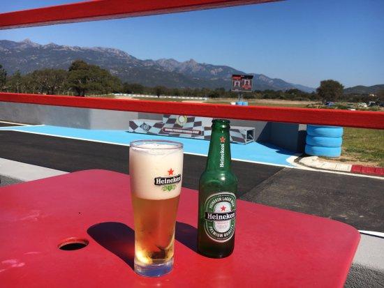 Figari, Francia: コース脇ではドリンクが飲めます。