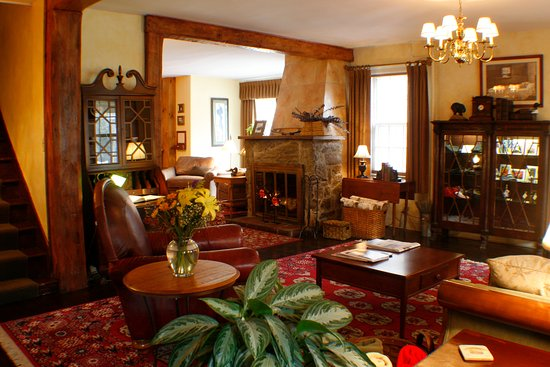 Waybury Inn: Our Lobby area that greats you as you come in