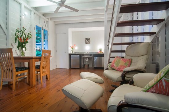 port douglas cottage and lodge: Cottage living and kitchen