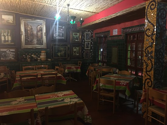Lucios Pizzeria: Fabulous Pizzeria with colour, pizazz and creativity & mosaics Great vibe & great pizzas Run by