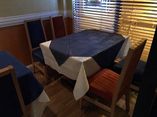 Tiffins: الصورة لواجهة المطعم ليلا  و الصورتين الاخرى توضح الترتيب والتنظيم داخل المطعم حيث اختيار الألوا