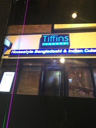 Tiffins: الصور الداخلية والخارجية للمطعم ليلا
