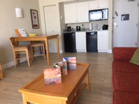 دياموند هيد بيتش ريزورت آند سبا: Full Kitchen view area from living room