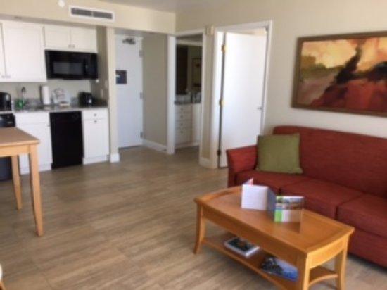 دياموند هيد بيتش ريزورت آند سبا: View from living room toward bathroom and bedroom with kitchen