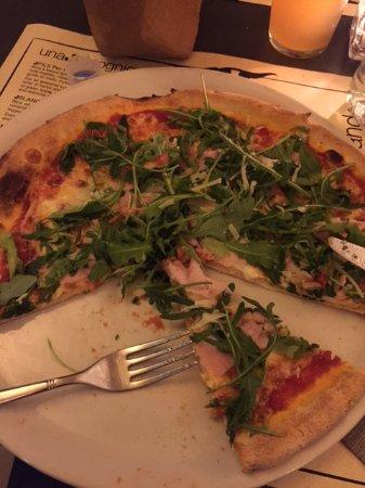 Crespina, Italia: Pizza di ottimo aspetto e cotta bene, sapore niente dovuto probabilmente all'impasto