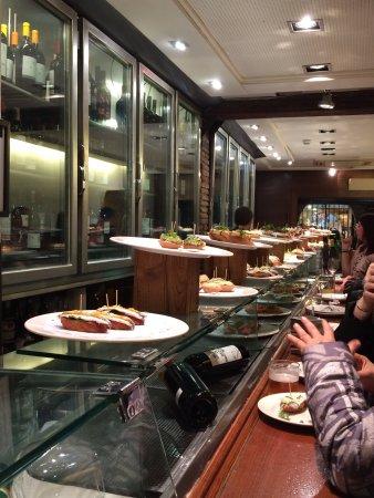 Irati Taverna Basca: Wir waren gegen halb 10 abends dort und es war gut gefüllt. Tolle Atmosphäre, wunderbare Getränk