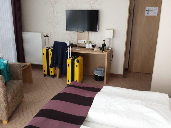 Best Western Plus Hotel Willingen: Schreibtisch und Flachbild Ferneher