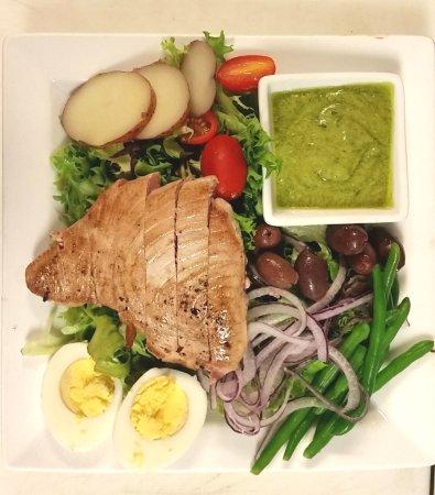 Swansboro, Carolina del Norte: Tuna Nicoise Salad with Green Godess Dressing