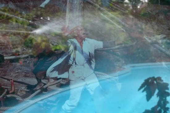 La Casa Fitzcarraldo: Klaus Kinski springt in den Pool, nein, nur eine Spiegelung ; ))