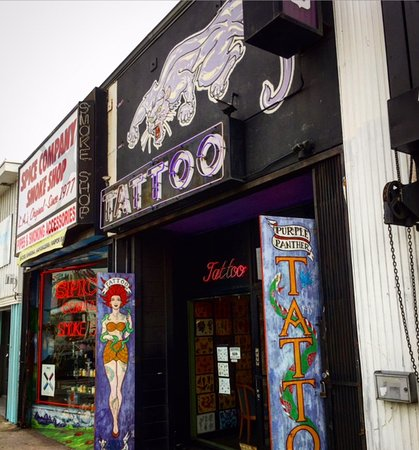 Beverly Hills, Californie : Purple Panther Tattoo in the rock n roll heavy section of Sunset Blvd in Los Angeles.