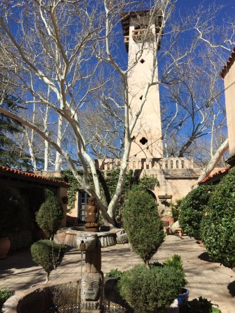 Tlaquepaque Arts & Crafts Village: Tower in central courtyard