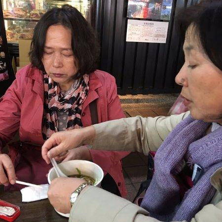 4人で治持参のレンゲ、箸で分け合う - Picture of Shuangcheng Street ...