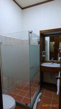 Nandayure, Costa Rica: El baño es pequeño e incómodo.