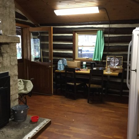 Sigel, Pensilvania: Inside, the cabin is all one room. Here's the view standing near the bunks and facing the other