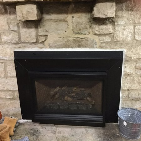 Sigel, Pensilvania: Here's the gas fireplace inside. It does a very good job of heating the cabin.