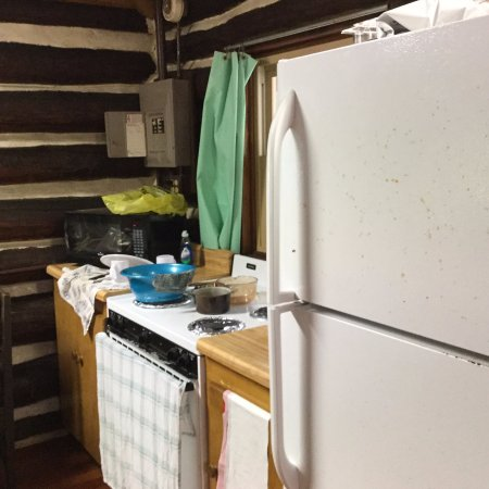 Sigel, Pensilvania: The kitchen includes a stove, fridge, and microwave + a long counter to the right of the fridge.
