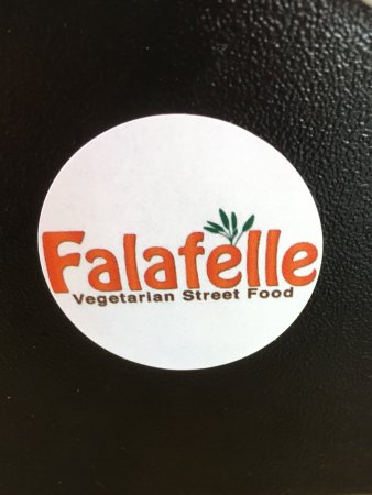 Belmont, Californien: Simple menu. Falafel in a pita or as platter. Many yummy sides and things to add to your falafel