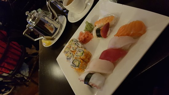Lake Forest, IL: Sushi it's awesome at the Pub! Don't miss it.