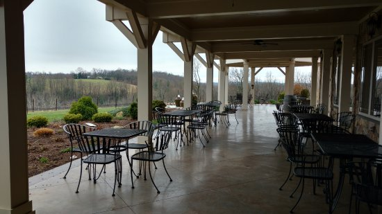 Cana Vineyards and Winery: Plenty of space for patrons