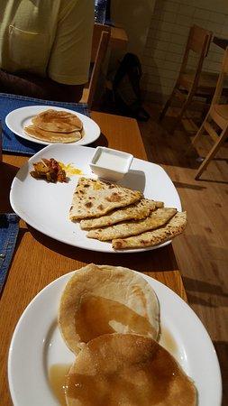 bloomrooms @ New Delhi Railway Station: Deliciosas parathas e pancakes