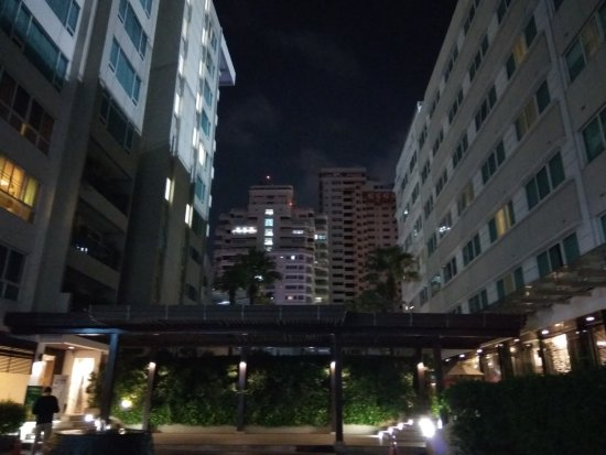 Legacy Suites Sukhumvit by Compass Hospitality: Walkway between the wings