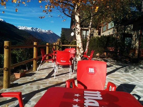 vistas a la montaña desde la terraza del bar del hotelet de betlan