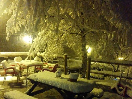 Terraza del bar del Hotelet de Betlan con la ultima nevada