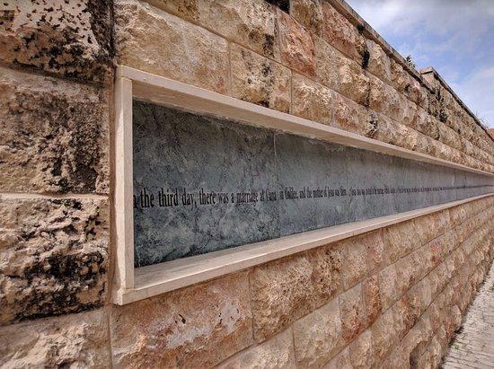 Kfar Cana, Israel: 目の前の通りに書かれたヨハネ2章