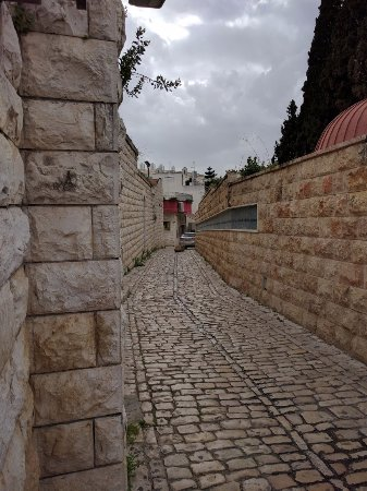 Kfar Cana, Israel: 目の前の通り。車では行けません。
