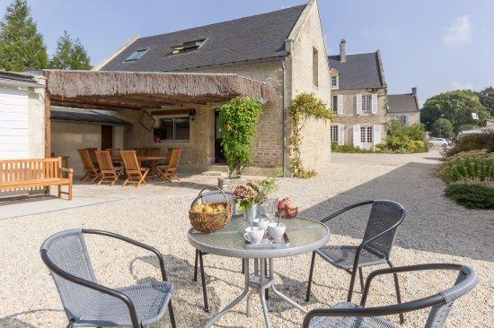 Thaon, Fransa: Vue des dépendances aménagées pour les hôtes. Espace extérieur à disposition.
