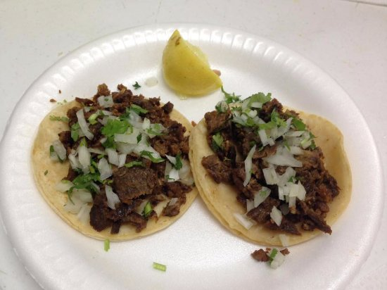 Kettleman City, Californië: Carne asada tacos without hot sauce. We had 4 with hot sauce and 2 without. All delicious.