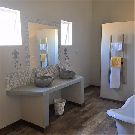 Barkly West, South Africa: Spacious bathroom with bath and shower.