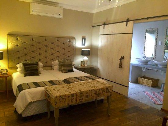 Barkly West, Republika Południowej Afryki: Luxurious bedroom with on/suite bathroom