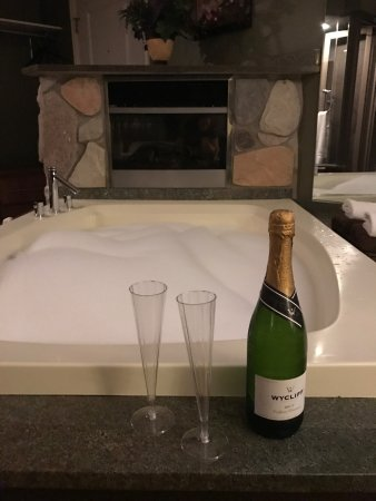 Champagne Lodge and Luxury Suites: Complimentary champagne, jacuzzi and fireplace