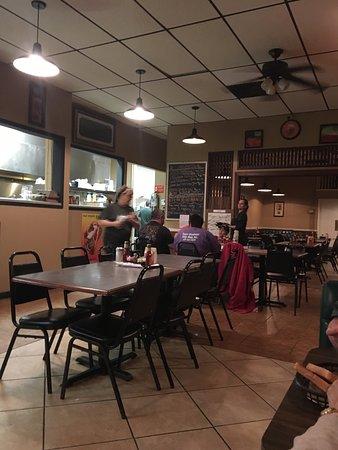 Woodbury, TN: Salad bar and large family seating